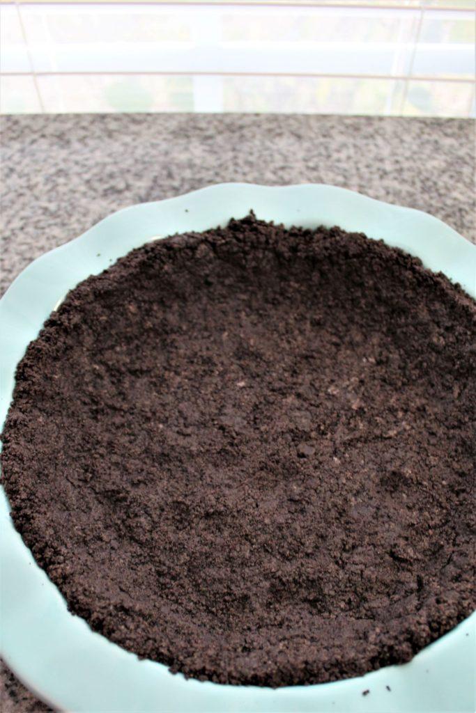 chocolate cookie crust blue rimmed pie pan
